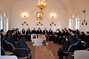 """La 24 ianuarie 2019, Surori ale Congregației Maicii Domnului din toate comunitățile acestei familii călugărești s-au reunit la Mănăstirea Maicii Domnului din Cluj-Napoca - sediul central al Congregației, pentru a comemora 84 de ani de la plecarea spre Casa Tatălui veșnic a Părintelui Fondator al CMD, Mitropolitul dr. Vasile Suciu, survenită la data de 25 ianuarie 1935. Anul acesta, întâlnirea comemorativă s-a intitulat: «Mitropolitul dr. Vasile Suciu și Darul încredințat Bisericii Române Unite cu Roma, Greco-Catolică, prin întemeierea Congregației Surorilor Maicii Domnului». Din programul acestei zile dedicate cinstirii Părintelui Fondator au făcut parte: - momente de rugăciune comunitară, culminând cu Sfânta Liturghie arhierească, celebrată de PS. Florentin Crihălmeanu, Episcop de Cluj- Gherla împreună cu Pr. Olivo Bosa S.J. și cu Pr. Capelan Cristian David, urmată de Rânduiala Parastasului în memoria Părintelui Fondator; -conferinţa Pr. Olivo Bosa S.J. cu titlul: Mila primită și dăruită, aceasta constituindu-se într-o invitație de a face o lectură a întemeierii CMD în cheia milei primite de la Dumnezeu, prin Cristos și dăruite celor mici, săraci, celor nevoiași și încercați, prelungind până în zilele noastre, în concordanță cu semnele timpurilor, această primire și dăruire a milei, în virtutea carismei de Surori în CMD. Reflecția Pr. Olivo a pornit de la încercarea de a răspunde la întrebarea: cum s-a născut CMD? """"Mitropolitul vostru, atunci când a început să dezvolte activitățile sale apostolice și-a dat seama că erau mulți copii, multe fete, familii de care nimeni nu avea grijă. Avea nevoie, așadar, de persoane care să manifeste atenția lui Cristos, caritatea bisericii față de ele, deci, persoane care să dea mai departe tocmai sentimentele Inimii lui Dumnezeu... De obicei, tot ceea ce Dumnezeu ne dăruiește nouă se manifestă prin mila Lui. La baza Congregației voastre stă tocmai acest act de milă pe care biserica vrea s-o manifeste spre ceilalți, manifestând în a"""
