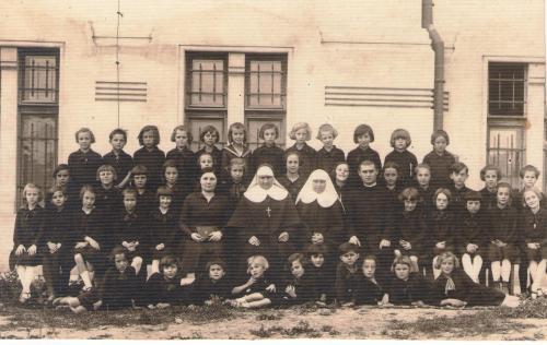3) Obreja 1927, Maica Febronia cu o novice si cu copilele orfane