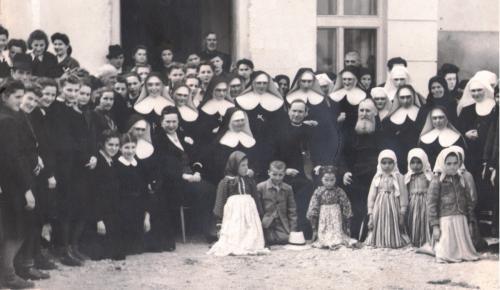 5) Jucu 23 aprilie 1942, Surorile si satenii, in jurul Card. Iuliu Hossu