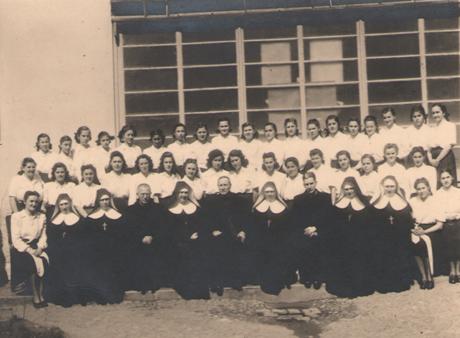 6) Cluj 1946, Surori profesoare si eleve, in jurul Card. Iuliu Hossu la Liceul Maica Domnului